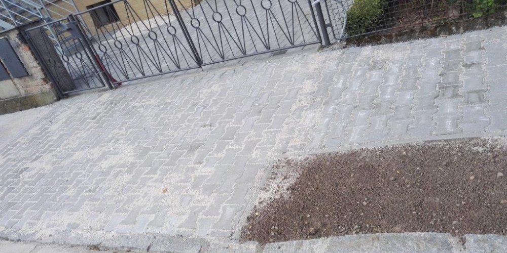 Technické služby Hradec Králové opravují dlážděné chodníky